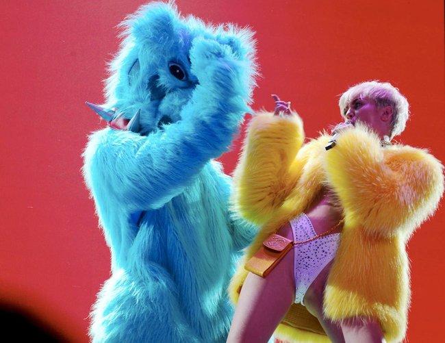 Майли Сайрус выступила в Ванкувере на «Rogers Arena»: miley-cyrus-47_Starbeat.ru