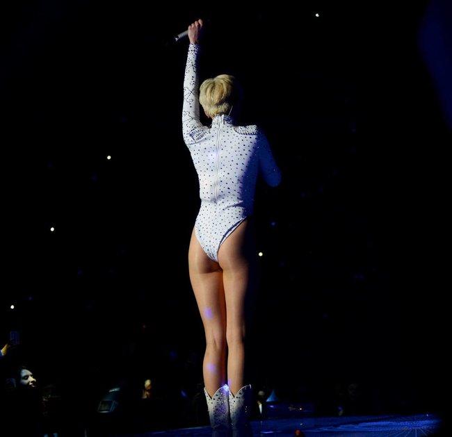 Майли Сайрус выступила в Ванкувере на «Rogers Arena»: miley-cyrus-521_Starbeat.ru