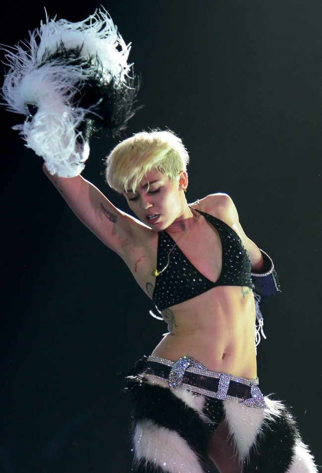 Майли Сайрус выступила в Ванкувере на «Rogers Arena»: miley-cyrus-541_Starbeat.ru