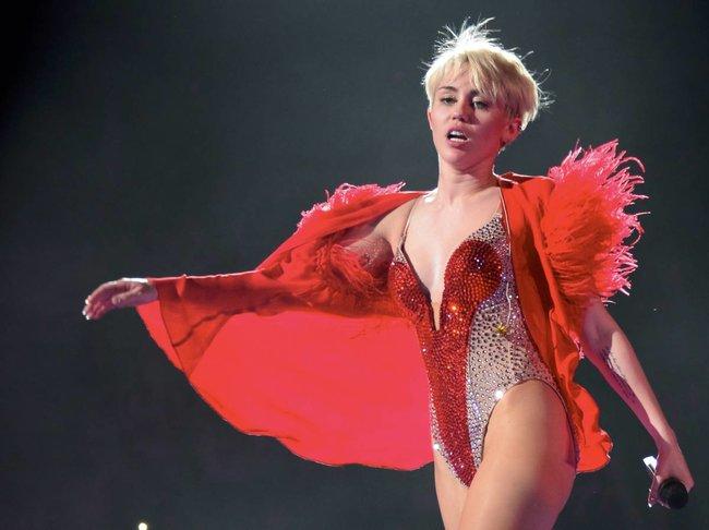 Майли Сайрус выступила в Ванкувере на «Rogers Arena»: miley-cyrus-56_Starbeat.ru