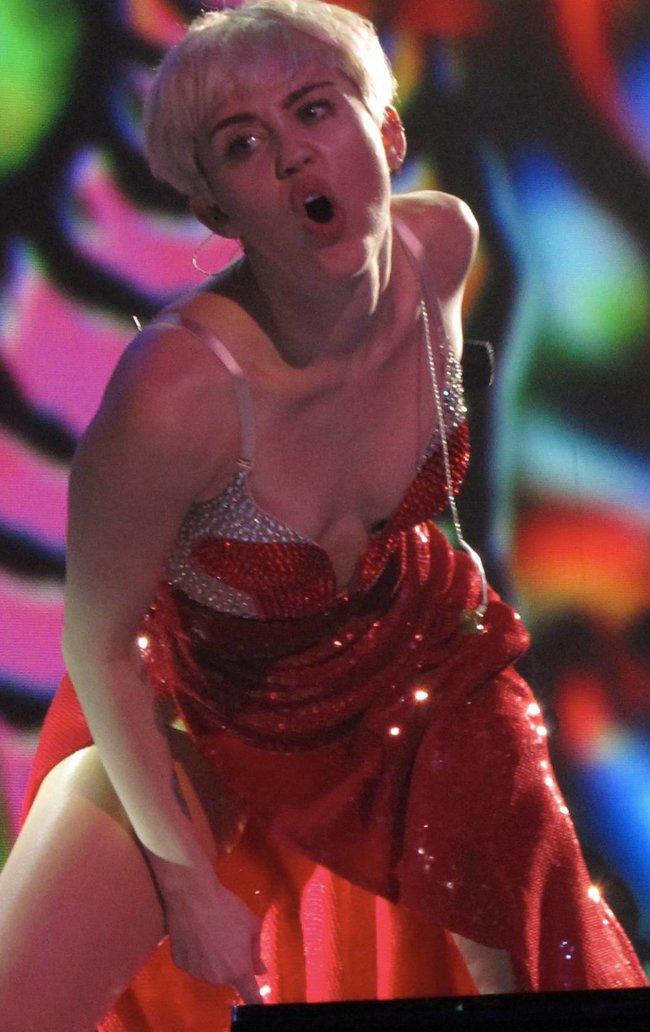 Майли Сайрус выступила в Ванкувере на «Rogers Arena»: miley-cyrus-59_Starbeat.ru