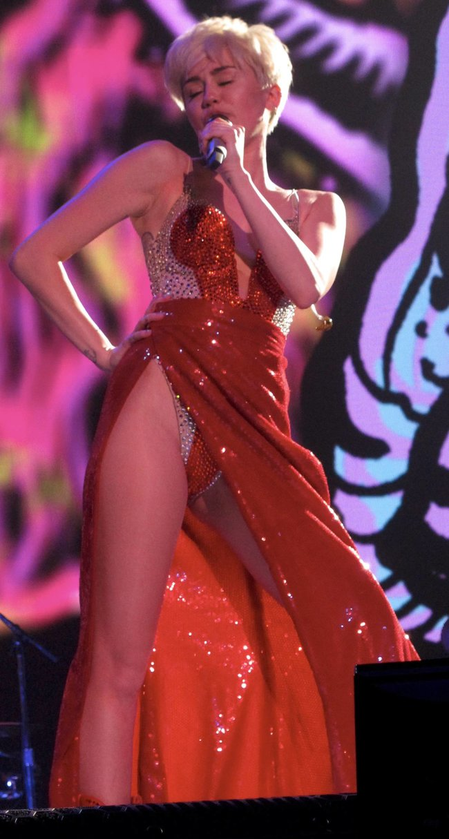 Майли Сайрус выступила в Ванкувере на «Rogers Arena»: miley-cyrus-60_Starbeat.ru