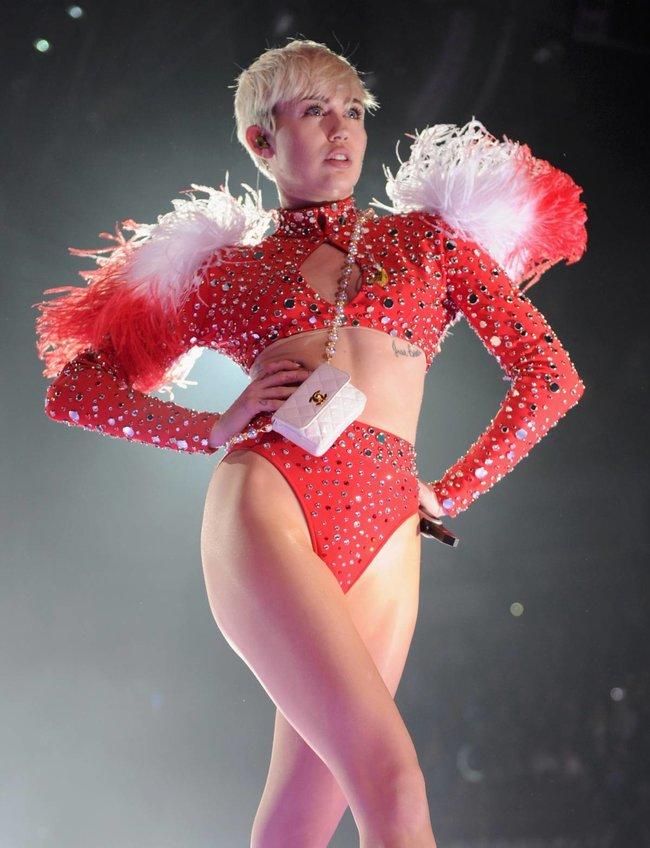 Майли Сайрус выступила в Ванкувере на «Rogers Arena»: miley-cyrus-81_Starbeat.ru