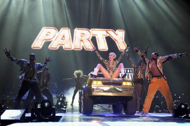 Майли Сайрус выступила в Ванкувере на «Rogers Arena»: miley-cyrus-91_Starbeat.ru
