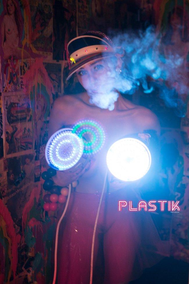 Голая Майли Сайрус окончательно потеряла стыд на страницах Plastik Magazine: miley-cyrus-10_Starbeat.ru