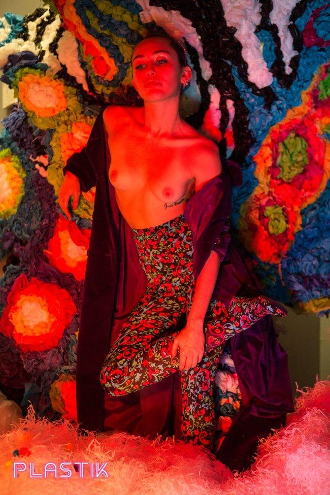 Голая Майли Сайрус окончательно потеряла стыд на страницах Plastik Magazine: miley-cyrus-14_Starbeat.ru