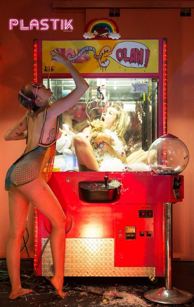 Голая Майли Сайрус окончательно потеряла стыд на страницах Plastik Magazine: miley-cyrus-8_Starbeat.ru