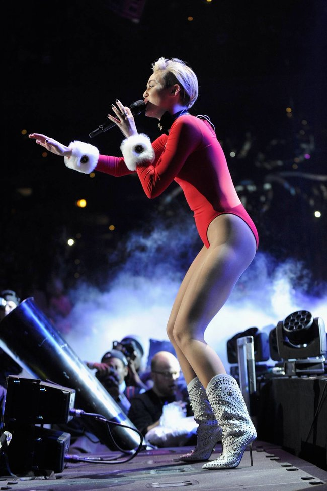 Майли Сайрус выступила в Атланте на концерте «Power 96.1 Jingle Ball 2013»: miley-cyrus-102_Starbeat.ru