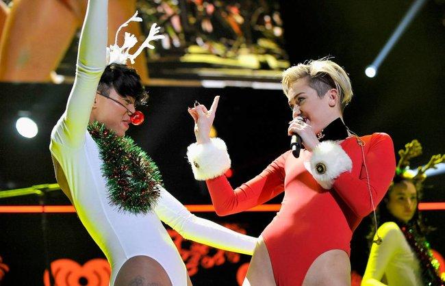 Майли Сайрус выступила в Атланте на концерте «Power 96.1 Jingle Ball 2013»: miley-cyrus-122_Starbeat.ru