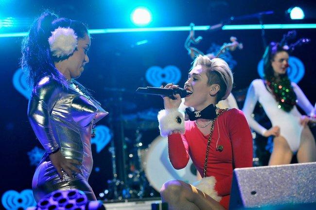 Майли Сайрус выступила в Атланте на концерте «Power 96.1 Jingle Ball 2013»: miley-cyrus-151_Starbeat.ru