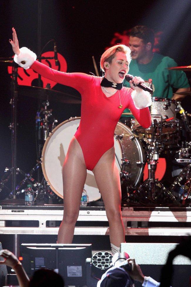 Майли Сайрус выступила в Атланте на концерте «Power 96.1 Jingle Ball 2013»: miley-cyrus-212_Starbeat.ru