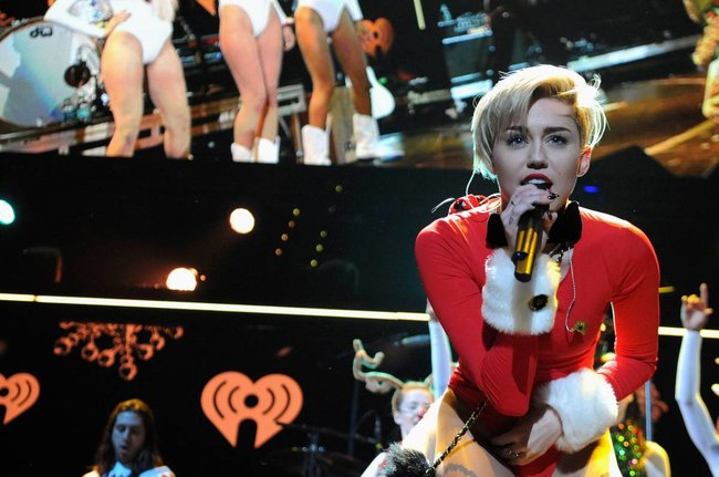 Майли Сайрус выступила в Атланте на концерте «Power 96.1 Jingle Ball 2013»: miley-cyrus-42_Starbeat.ru