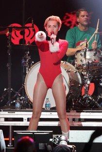 Майли Сайрус выступила в Атланте на концерте «Power 96.1 Jingle Ball 2013»: miley-cyrus-112_Starbeat.ru