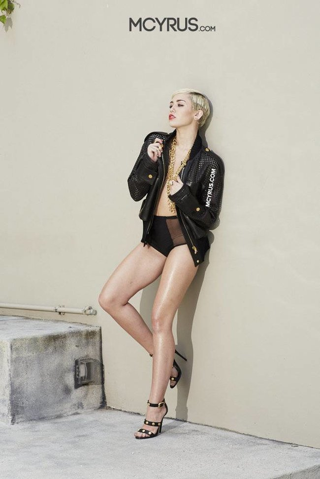 Майли Сайрус: певица продемонстрировала свою обнаженную грудь (фотограф: Brian Bowen Smith): miley-cyrus-210_Starbeat.ru