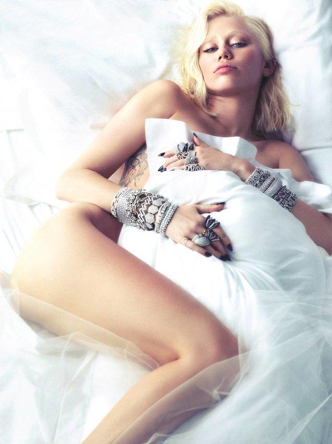 Полуобнаженная фотосессия Майли Сайрус для мартовского номера журнала «W»: miley-cyrus-5_Starbeat.ru