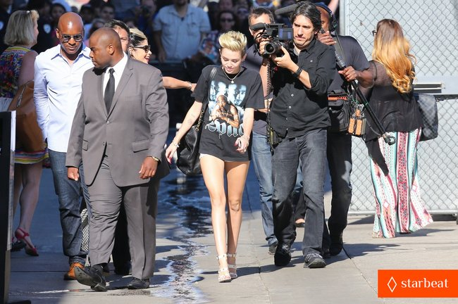 Майли Сайрус: выступление на шоу «Jimmy Kimmel Live»: miley-cyrus-tupac-shakur-admirer-03_Starbeat.ru