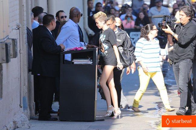 Майли Сайрус: выступление на шоу «Jimmy Kimmel Live»: miley-cyrus-tupac-shakur-admirer-05_Starbeat.ru