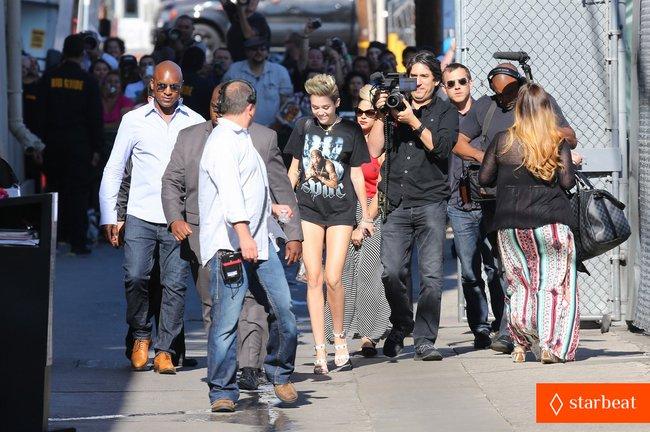 Майли Сайрус: выступление на шоу «Jimmy Kimmel Live»: miley-cyrus-tupac-shakur-admirer-08_Starbeat.ru
