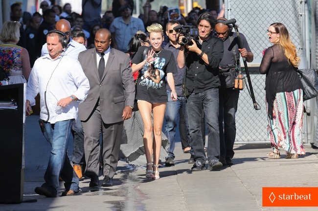 Майли Сайрус: выступление на шоу «Jimmy Kimmel Live»: miley-cyrus-tupac-shakur-admirer-09_Starbeat.ru