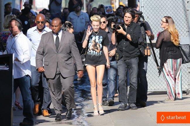 Майли Сайрус: выступление на шоу «Jimmy Kimmel Live»: miley-cyrus-tupac-shakur-admirer-10_Starbeat.ru
