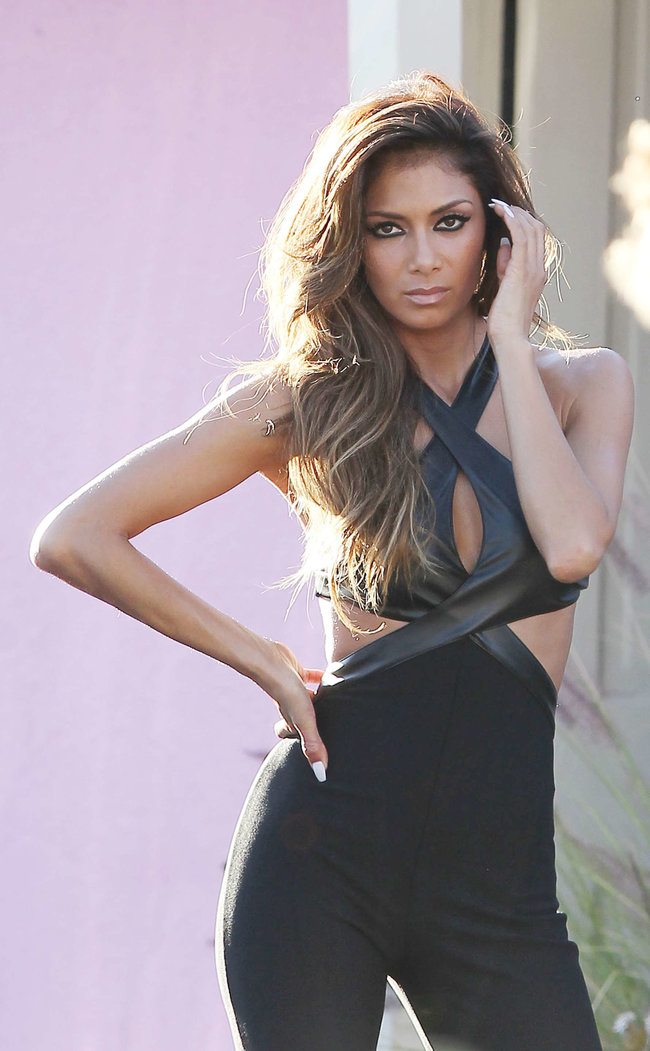 Николь Шерзингер в Калифорнии: съемки фотосессии: nicole-scherzinger-bikini-photos-photoshoot-in-sunland--09_Starbeat.ru