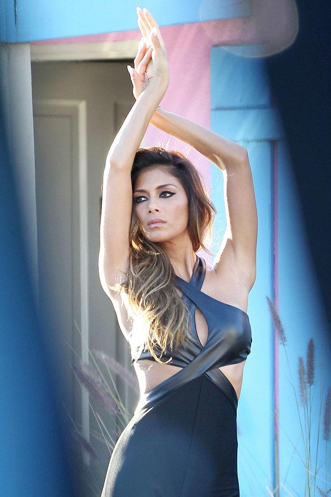 Николь Шерзингер в Калифорнии: съемки фотосессии: nicole-scherzinger-bikini-photos-photoshoot-in-sunland--14_Starbeat.ru