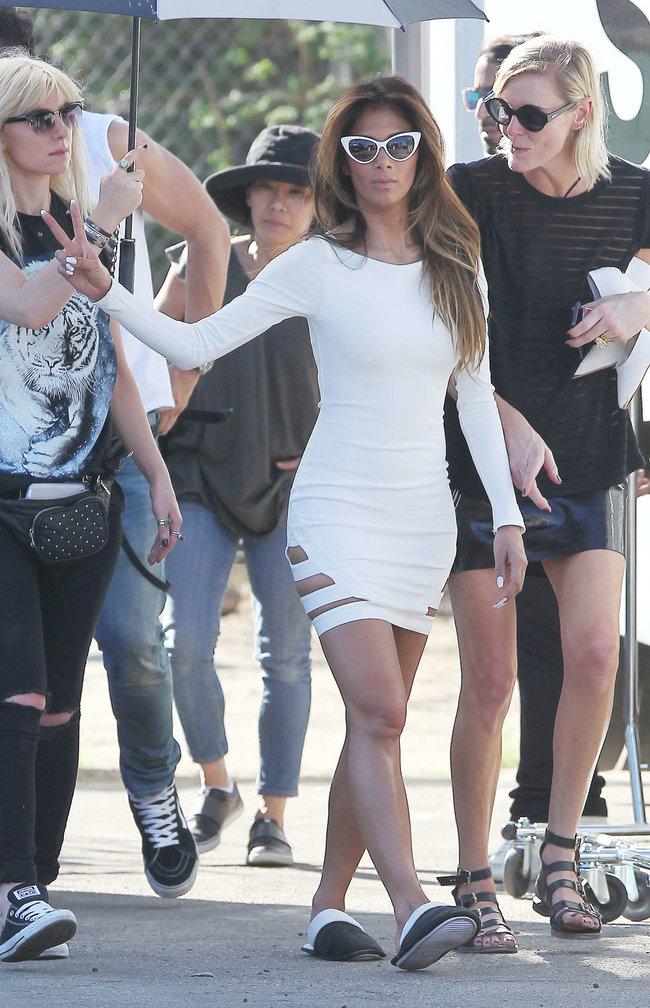 Николь Шерзингер в Калифорнии: съемки фотосессии: nicole-scherzinger-bikini-photos-photoshoot-in-sunland--18_Starbeat.ru