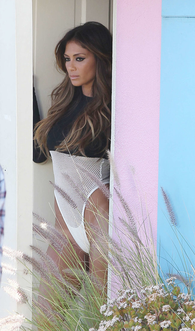 Николь Шерзингер в Калифорнии: съемки фотосессии: nicole-scherzinger-bikini-photos-photoshoot-in-sunland--21_Starbeat.ru