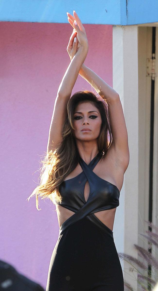 Николь Шерзингер в Калифорнии: съемки фотосессии: nicole-scherzinger-bikini-photos-photoshoot-in-sunland--26_Starbeat.ru