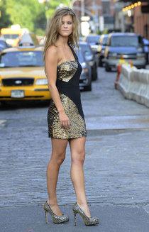 Нина Агдал на съемках фотосессии в Нью-Йорке: nina-agdal---meatpacking-district-in-new-york-city--01_Starbeat.ru