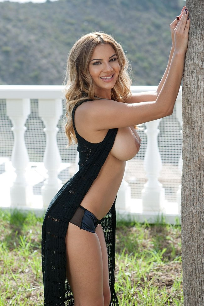 Холли Пирс и другие модели в топлес фотосессии: lacey-banghard-1-1_Starbeat.ru