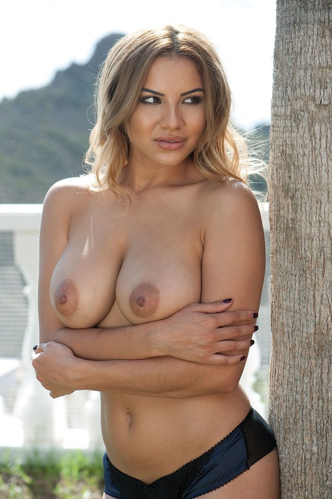 Холли Пирс и другие модели в топлес фотосессии: lacey-banghard-6_Starbeat.ru