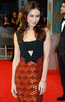 Ольга Куриленко на церемонии «BAFTA Awards 2014» в Лондоне: olga-kurylenko---bafta-2014-awards-in-london-01_Starbeat.ru