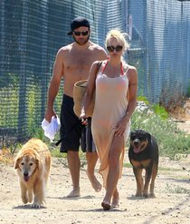Памела Андерсон на пляже в Малибу: pamela-anderson---out-in-malibu--12_Starbeat.ru