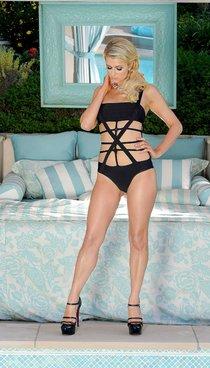 Свежая фотосессия Пэрис Хилтон в купальниках: paris-hilton---bikini-and-lingerie-photoshoot--01_Starbeat.ru