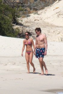 Пиппа Миддлтон в бикини на острове Мюстик: pippa-middleton---wearing-a-bikini-in-mustique-island-01_Starbeat.ru