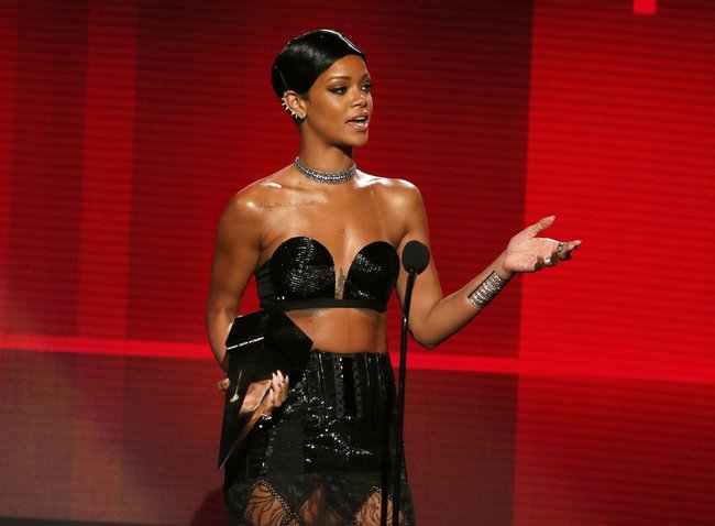 «American Music Awards 2013» в Лос-Анджелесе: Рианна: rihanna-2013-american-music-awards--02_Starbeat.ru