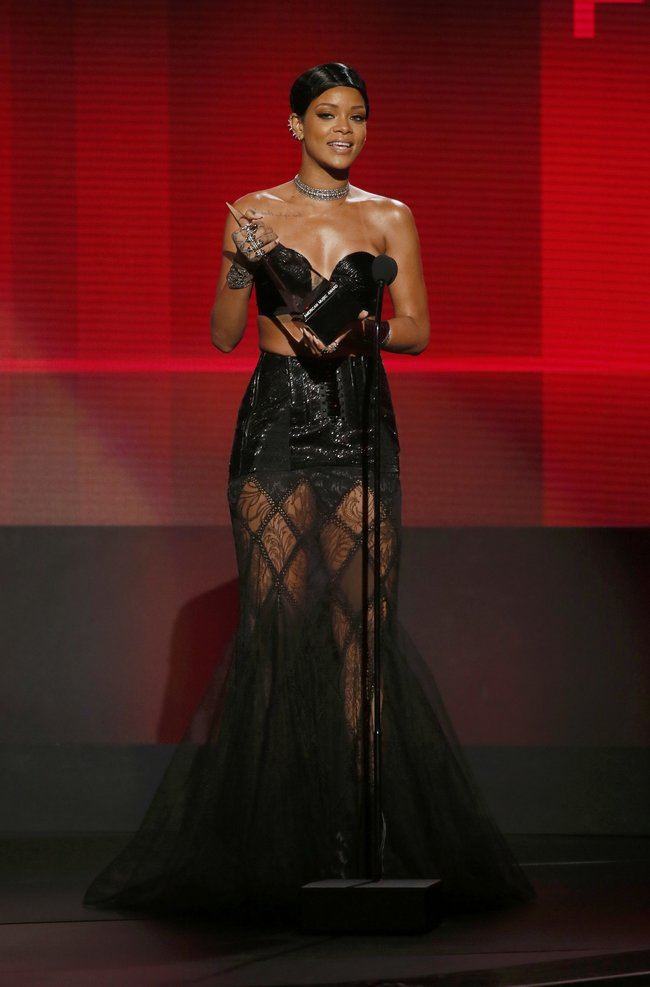 «American Music Awards 2013» в Лос-Анджелесе: Рианна: rihanna-2013-american-music-awards--04_Starbeat.ru