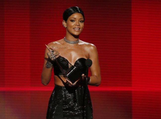 «American Music Awards 2013» в Лос-Анджелесе: Рианна: rihanna-2013-american-music-awards--05_Starbeat.ru