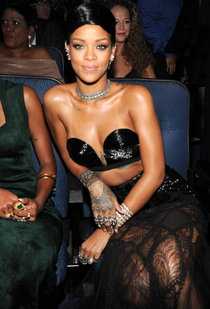 «American Music Awards 2013» в Лос-Анджелесе: Рианна: rihanna-2013-american-music-awards--01_Starbeat.ru