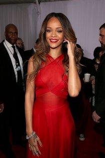 Леди в красном: Рианна на 55-й ежегодной церемонии Грэмми : Rihanna-16_Starbeat.ru