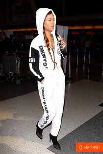 В преддверии «Diamonds World Tour»: Рианна в аэропорту Лос-Анджелеса: rihanna-all-white-lax-departure-01_Starbeat.ru