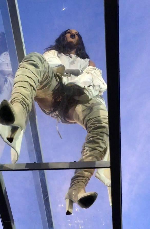 Рианна разложилась на концерте как лягушка: rihanna-3-2_Starbeat.ru