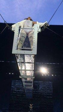 Рианна разложилась на концерте как лягушка: rihanna-1-2_Starbeat.ru