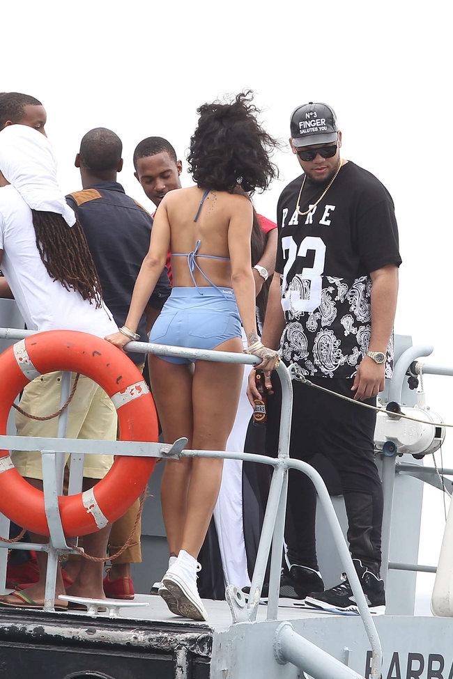 Рианна отдыхает на Барбадосе в бикини: rihanna-bikini-pics-2013-barbados--01_Starbeat.ru