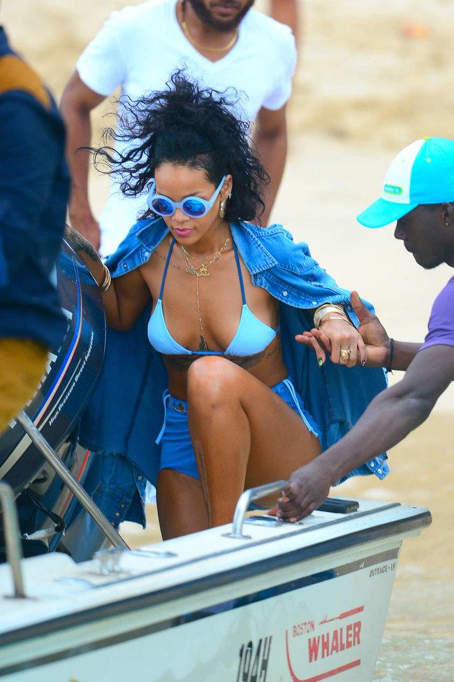 Рианна отдыхает на Барбадосе в бикини: rihanna-bikini-pics-2013-barbados--02_Starbeat.ru