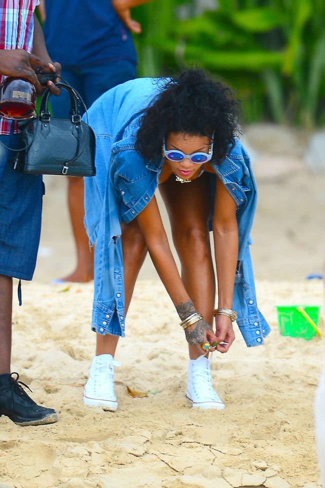 Рианна отдыхает на Барбадосе в бикини: rihanna-bikini-pics-2013-barbados--17_Starbeat.ru