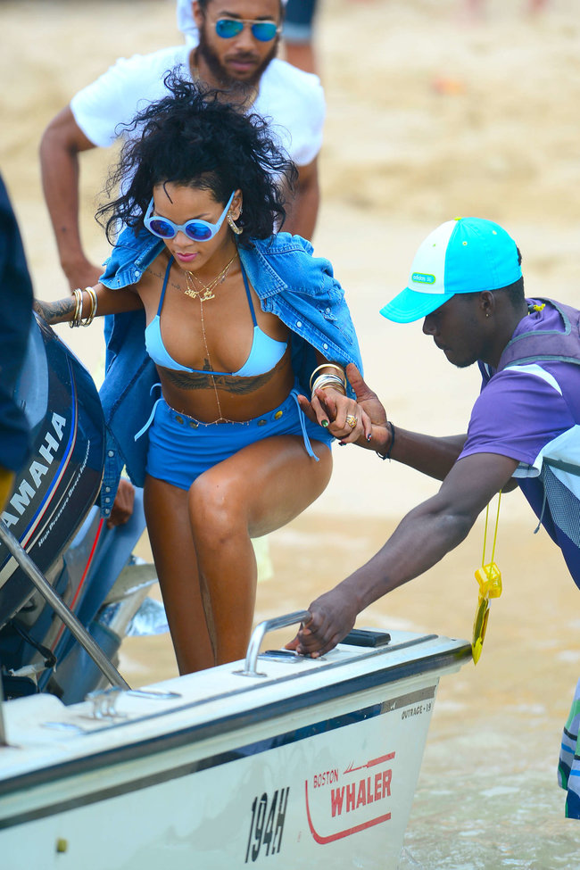 Рианна отдыхает на Барбадосе в бикини: rihanna-bikini-pics-2013-barbados--19_Starbeat.ru