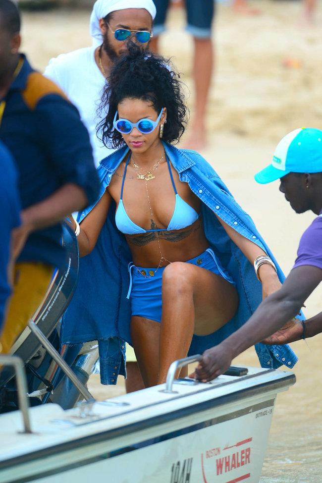 Рианна отдыхает на Барбадосе в бикини: rihanna-bikini-pics-2013-barbados--21_Starbeat.ru