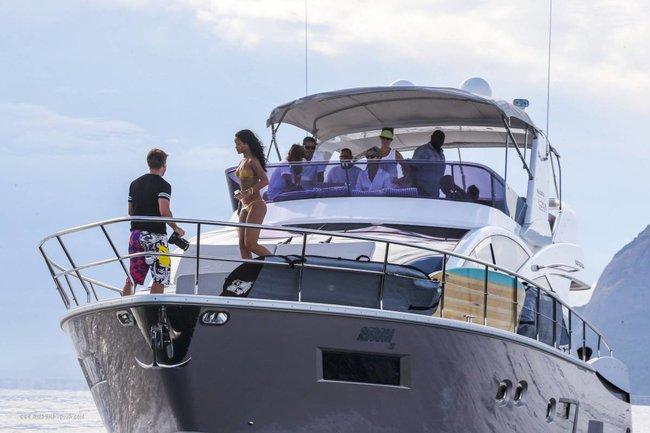 Рианна отдыхает на яхте в Рио-де-Жанейро: rihanna-112_Starbeat.ru